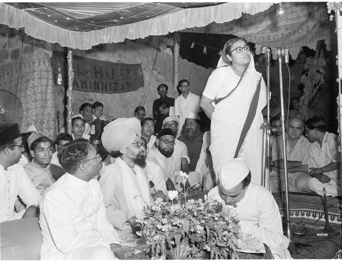 Ph. Studio/May, 1957, A37(a) 65IST URS OF AMIR KHUSRO COMMEMORATED IN DELHI Smt. Sucheta Kripalani addressing the gathering on May 19, 1957, the second day of the 3-day celebrations.